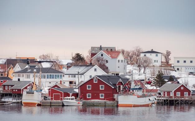 Norwegisches dorf mit fischerboot an der küste im winter Premium Fotos