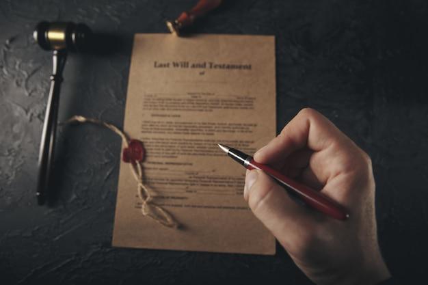 Notars öffentlicher stift und stempel auf testament und letzter wille Premium Fotos