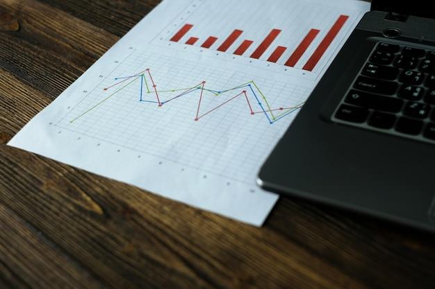 Notebook laptop-computer und finanzielles millimeterpapier Premium Fotos