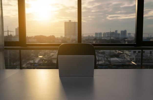 Notebook laptop im büro Premium Fotos