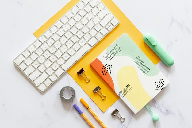 Notebook-modell in flacher lage Kostenlose Fotos