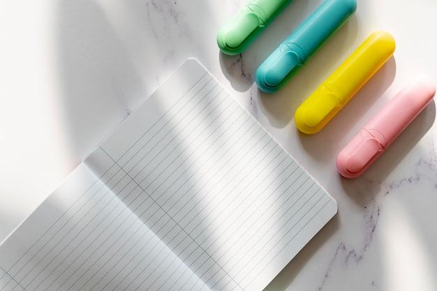Notebook-modell und marker Kostenlose Fotos