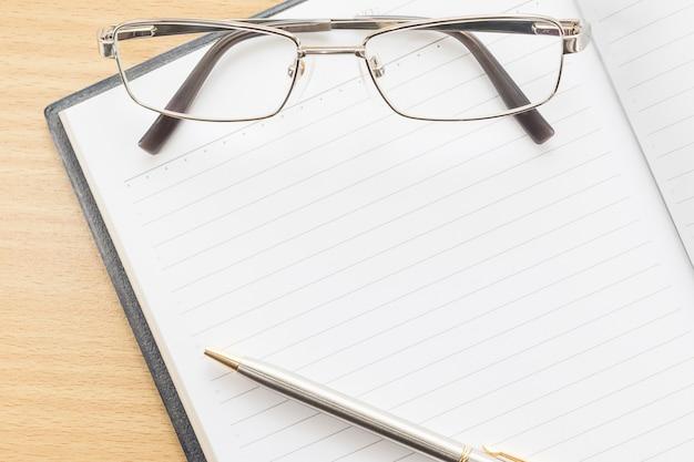 Notebook öffnen leere seite und brillen Premium Fotos