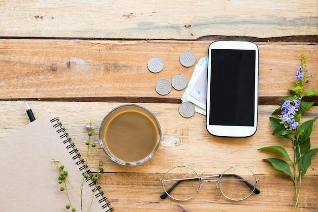 Notebook-planer, bargeld, münzen, handy für geschäftliche arbeiten Premium Fotos