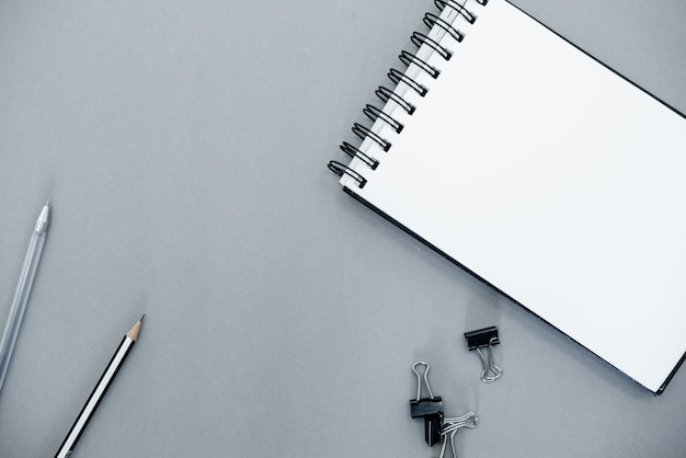 Notizblock auf einem grauen abstrakten hintergrund mit kopienraum, minimaler stil. Premium Fotos
