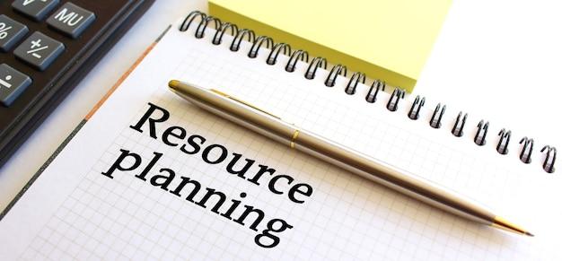 Notizblock mit text resource planning auf weißem hintergrund. unternehmenskonzept. Premium Fotos