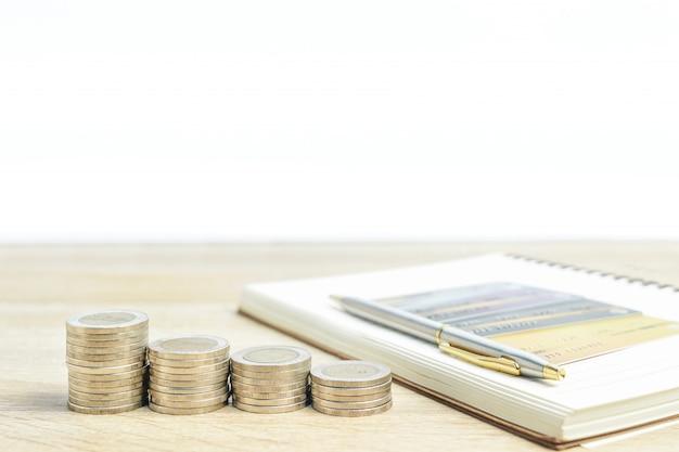 Notizblock und münzen mit kreditkarte auf dem tisch Premium Fotos