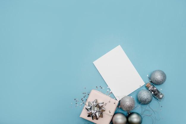 Notizbuch auf hellblauem hintergrund mit sternen und scheinen Premium Fotos