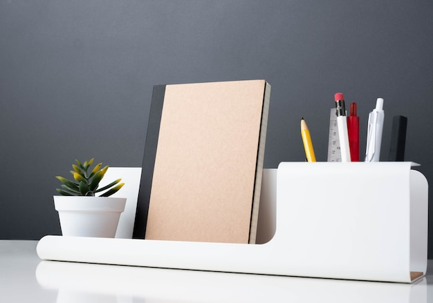 Notizbuch auf modernem bürobriefpapier auf weißer tabelle. Premium Fotos