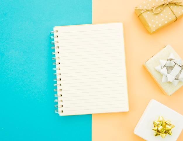 Notizbuch mit geburtstagsgeschenkbox Kostenlose Fotos