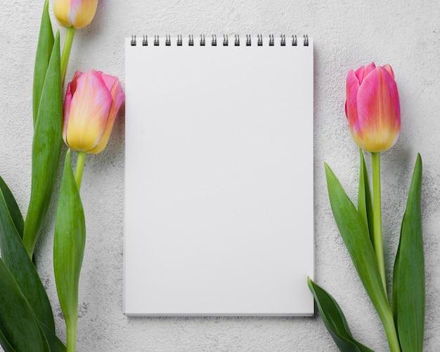 Notizbuch mit rosa tulpen Kostenlose Fotos