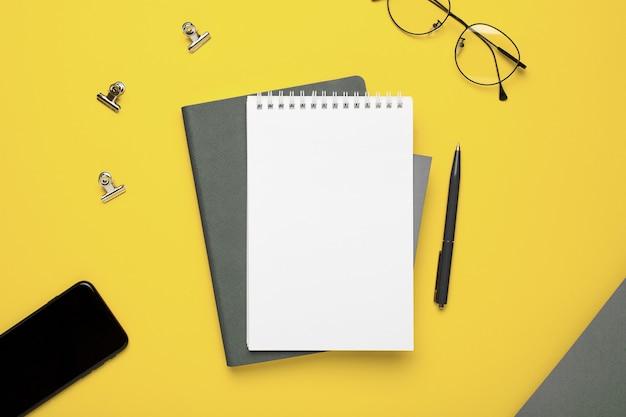 Notizbuch und brille Premium Fotos