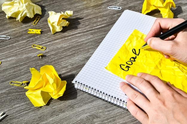 Notizbuch und stift auf einem holztisch Premium Fotos