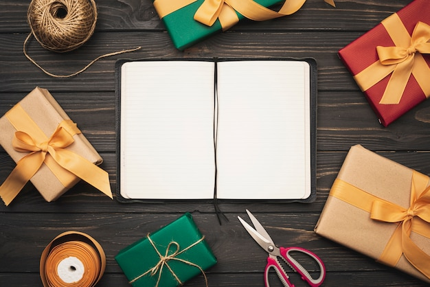 Notizbuchmodell mit geschenken und band für weihnachten Kostenlose Fotos