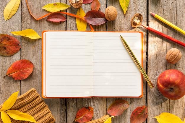 Notizen in einem notizbuch an einem schönen herbstmorgen Premium Fotos