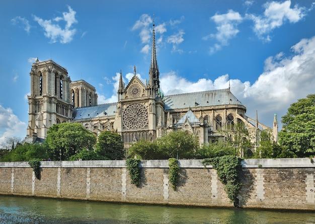 Notre-dame de paris, frankreich entlang der seine. vor 2019 schuss mit intaktem helm Premium Fotos