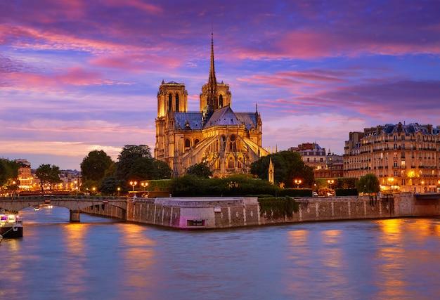 Notre dame-kathedrale paris-sonnenuntergang bei der seine Premium Fotos