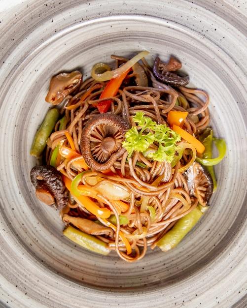 Nudeln mit champignons, paprika und sauce zubereitet Kostenlose Fotos