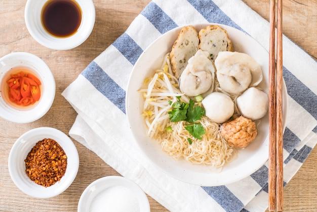 Nudeln mit fischbällchen in suppe Premium Fotos