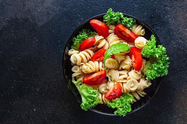 Nudelsalat mit tomaten und letucce Premium Fotos