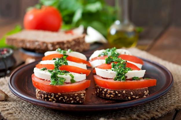 Nützliche diät-sandwiches mit mozzarella, tomaten und roggenbrot Kostenlose Fotos