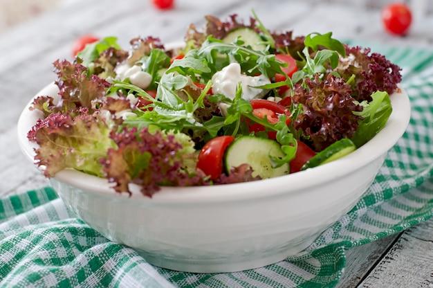 Nützlicher diät-salat mit hüttenkäse, kräutern und gemüse Kostenlose Fotos