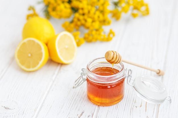 Nützlicher honig und zitrone. honig schöpflöffel Premium Fotos