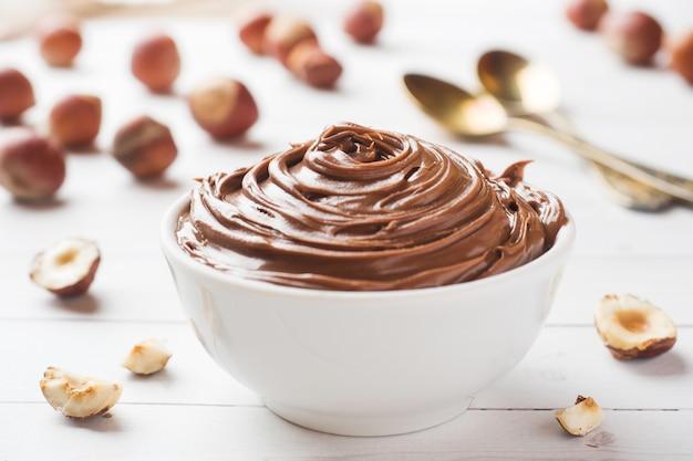 Nugatnussschokolade in einer platte Premium Fotos