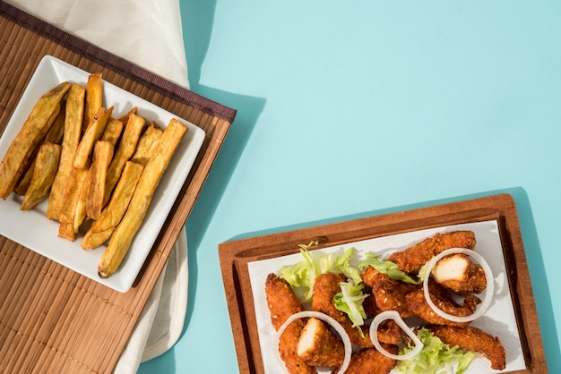 Nuggets und pommes frites schön serviert Kostenlose Fotos