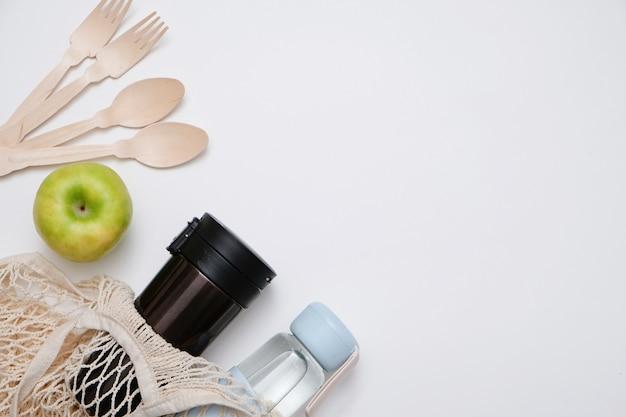 Null-abfall-konzept. öko-recycling-produkte aus glas und holz Premium Fotos