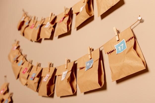 Nummerierte taschen in papierform hingen an der wand Kostenlose Fotos
