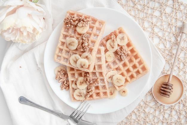 Nuss-bananen-waffel-frühstück Premium Fotos