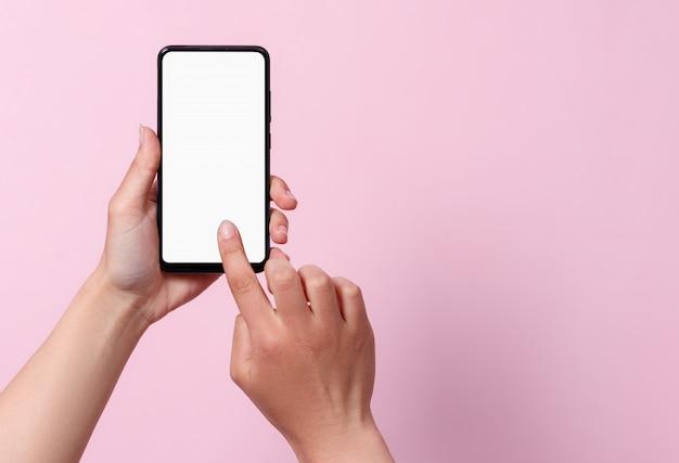 Nutzungskonzept des smartphones. ein smartphone mit einem weißen leeren bildschirm in den händen einer frau. Premium Fotos