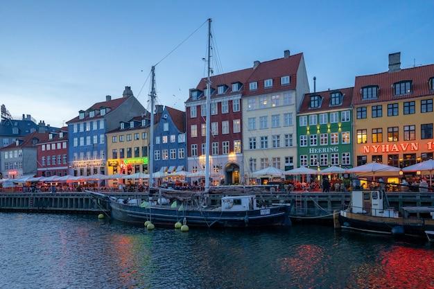 Nyhavn in der kopenhagen-stadt, dänemark nachts Premium Fotos