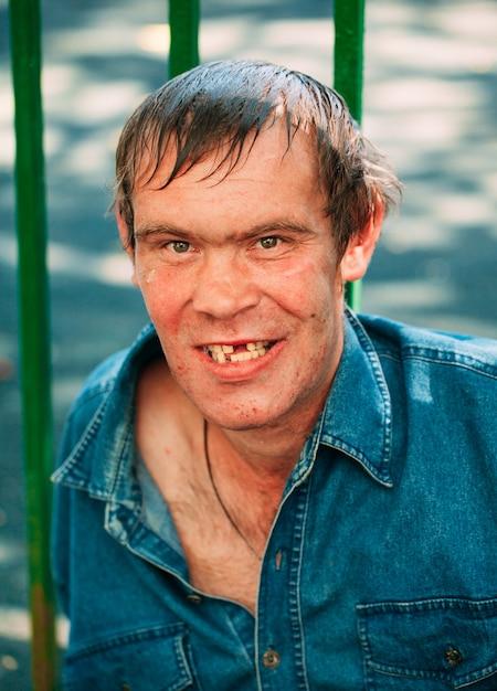 Obdachlose männer, die die freundliche stellung im freien sind Premium Fotos