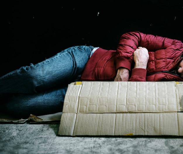 Obdachloser, der in der kälte ausschläft Kostenlose Fotos