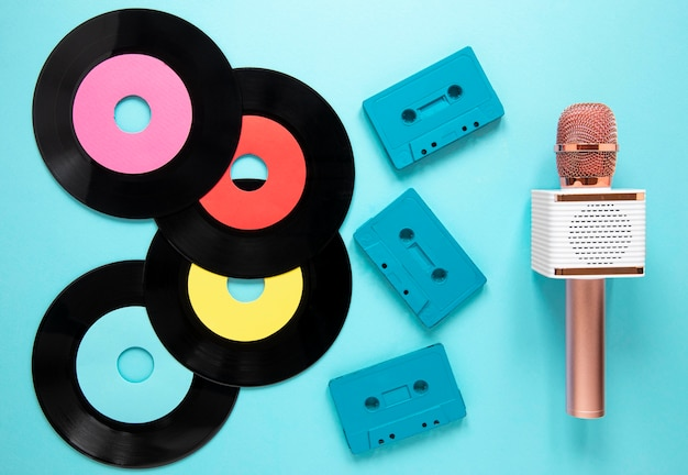 Oben ansicht alte vinyl-discs mit kassette Kostenlose Fotos
