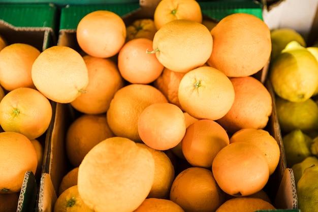 Obenliegende ansicht der saftigen orange am gemischtwarenladenmarkt Kostenlose Fotos