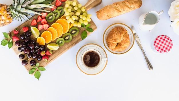 Obenliegende ansicht des gesunden frühstücks mit fruchtzusammenstellung, -tee und -brot Kostenlose Fotos