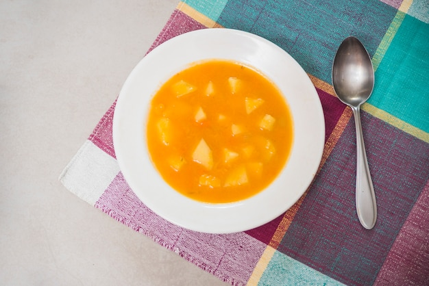 Obenliegende ansicht des köstlichen kürbispürees auf platte Kostenlose Fotos