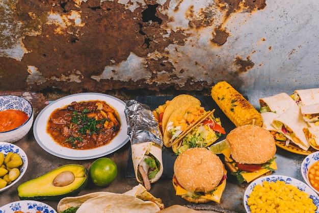 Obenliegende ansicht von verschiedenen mexikanischen tellern auf altem metallhintergrund Kostenlose Fotos