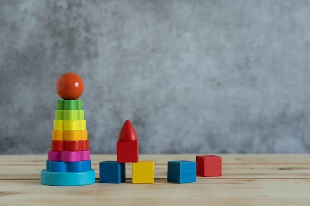 Objekte auf tisch der dekoration kinderspielzeug für spiel und neigungskonzept. Premium Fotos