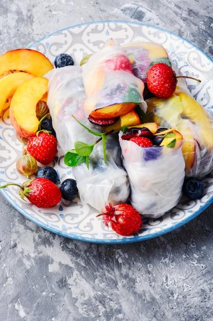 Obst frühlingsrollen Premium Fotos