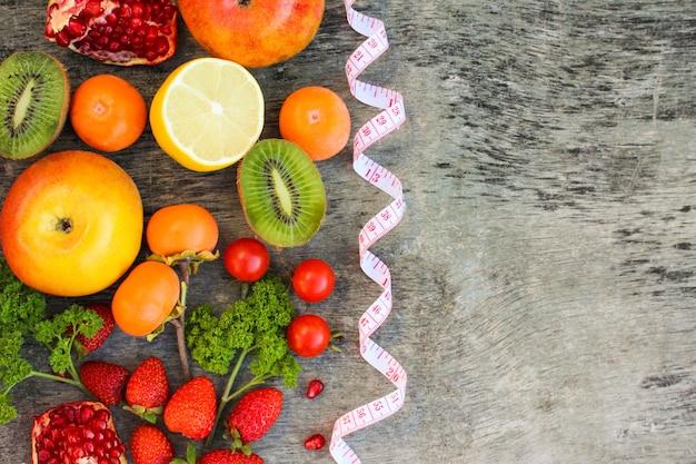 Obst, gemüse und in maßband in der diät Premium Fotos