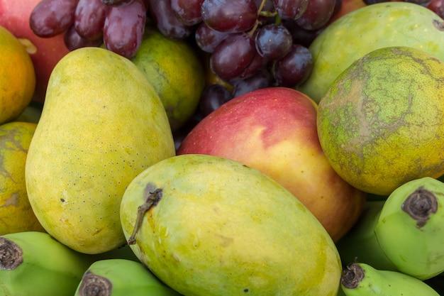 Obst im korb. tropische frucht Premium Fotos