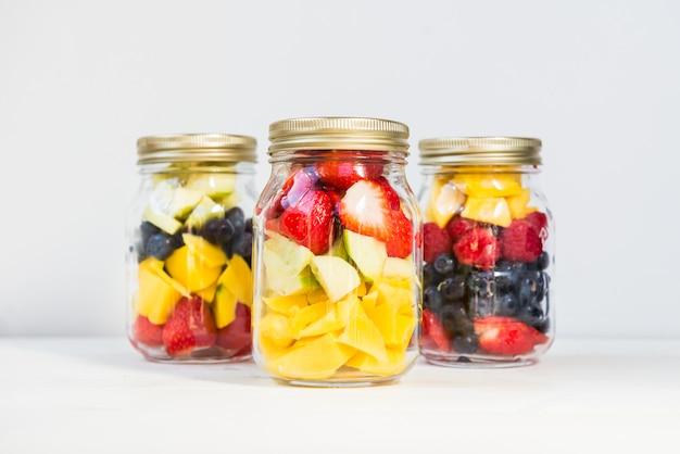 Obst- und beerensalate in gläsern Premium Fotos