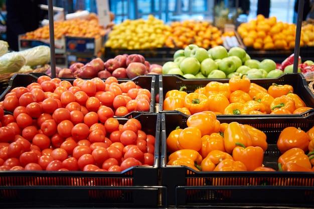 Obst und gemüse im supermarkt zu verkaufen Premium Fotos