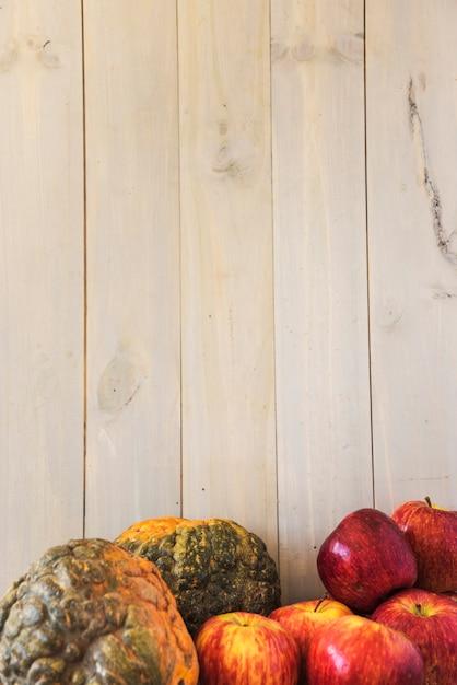 Obst und gemüse in der nähe von wand Kostenlose Fotos