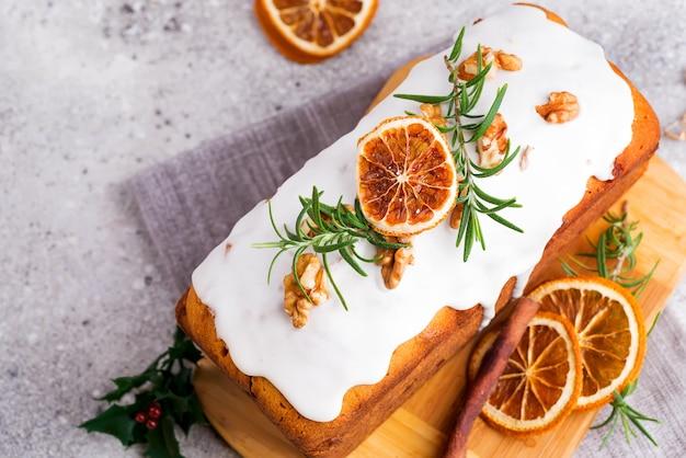 Obstkuchen mit zuckerguss, nüssen und trockenem orangenstein bestäubt, flach legen. weihnachts- und winterferien hausgemachten kuchen Premium Fotos
