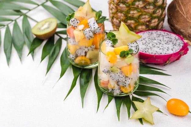 Obstsalat in glas und joghurt hohe ansicht Kostenlose Fotos